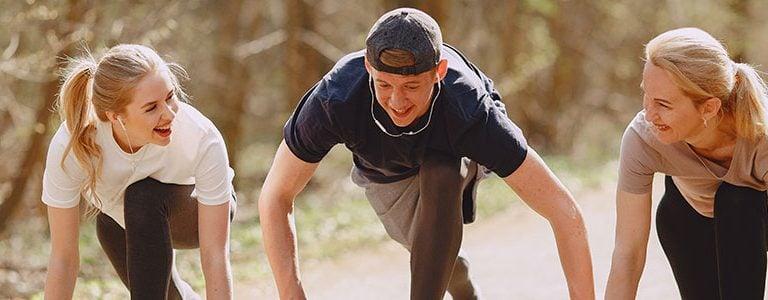 3 jeunes qui se préparent à courir